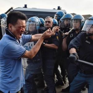 Guarda la versione ingrandita di Sesto Fiorentino, lavoratori cinesi in rivolta contro i controlli: cariche e feriti