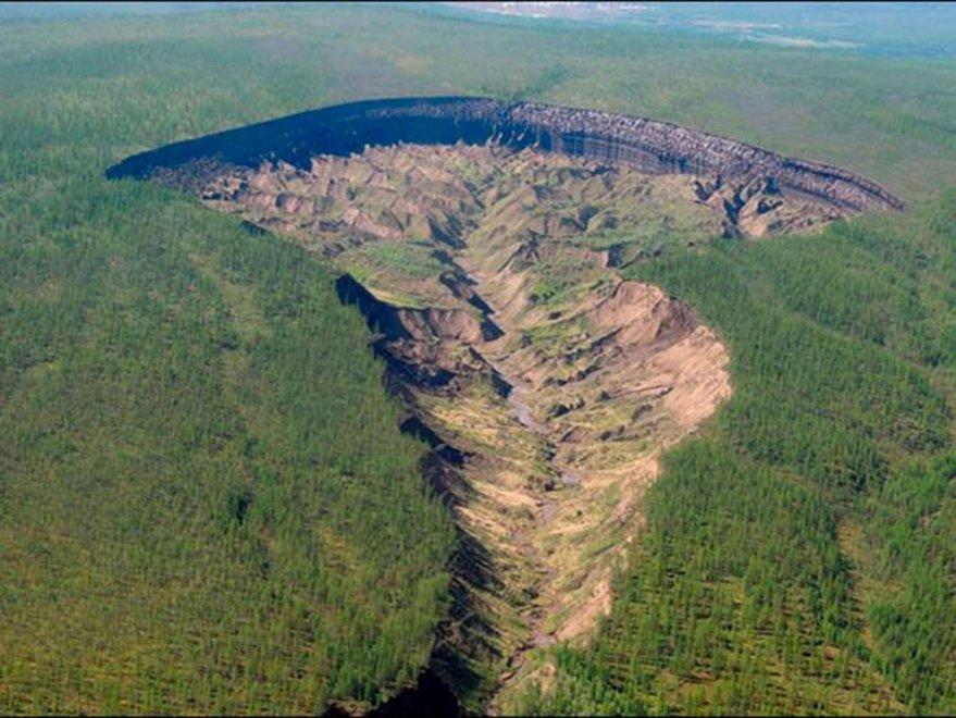 """""""La porta dell'inferno"""": gigantesca voragine in Siberia FOTO"""