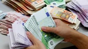 Trova busta con 5 mila euro e la consegna ai carabinieri