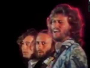 Guarda la versione ingrandita di Raggi o Giachetti? Sora Cesira canta Bee Gees: