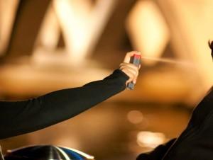 Guarda la versione ingrandita di Jesolo: abborda ragazza a concerto, la rapina con spray al peperoncino