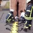 Germania, studente rimane incastrato nella statua a forma di... FOTO
