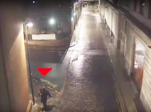 YOUTUBE Trascina una donna in strada, è la sua vittima