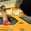 YOUTUBE Sorpresa in atteggiamenti intimi in taxi, ecco cosa fa... 5