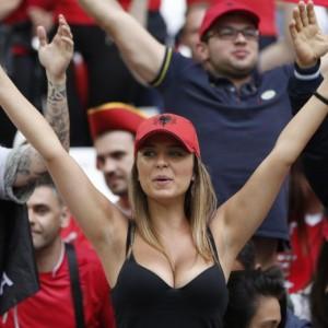 Guarda la versione ingrandita di Euro 2016, tifose albanesi fanno impazzire lo stadio