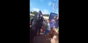 Guarda la versione ingrandita di YOUTUBE Tifosi Irlanda cantano per polizia francese e...