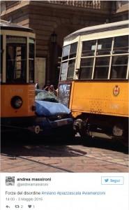 Milano, auto polizia incastrata tra tram