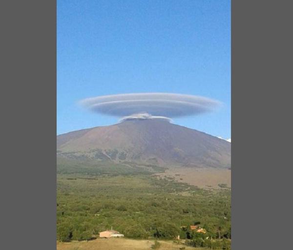 Disco volante sull'Etna, sono nubi lenticolari FOTO