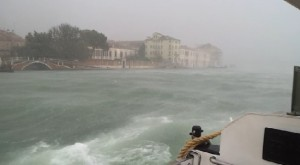 Guarda la versione ingrandita di Venezia, muro acqua contro vaporetto durante bufera VIDEO