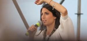 YOUTUBE Virginia Raggi parla della funivia, e tra la folla..