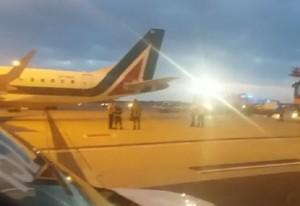 Guarda la versione ingrandita di Volo Roma-Milano, principio di incendio: soccorsi in pista VIDEO