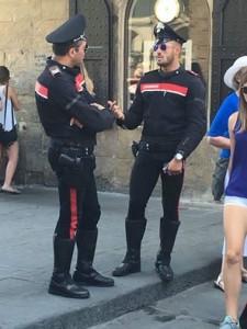 Guarda la versione ingrandita di Carabinieri, la nuova divisa attillata fa impazzire i gay