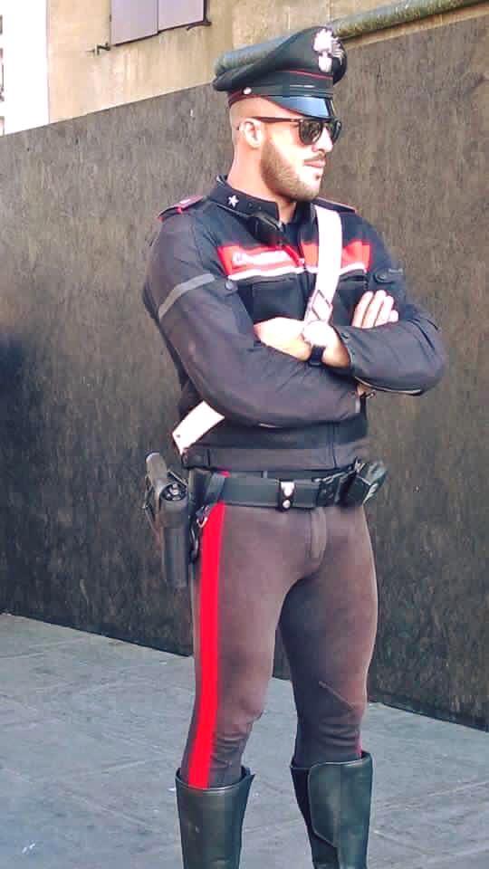 Carabinieri, la nuova divisa attillata fa impazzire i gay 02