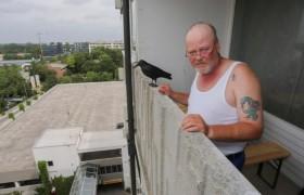 Monaco, chi è Thomas Salbey: uomo che ha insultato killer dal balcone
