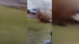 Guarda la versione ingrandita di YOUTUBE Trinidad e Tobago, auto da corsa si schianta contro tribuna