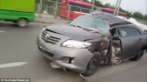 Guarda la versione ingrandita di YOUTUBE Airbag scoppiati, ruote sgonfie: auto incidentata viaggia in strada