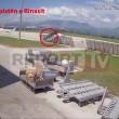 Albania, sulla pista dell'aeroporto con auto