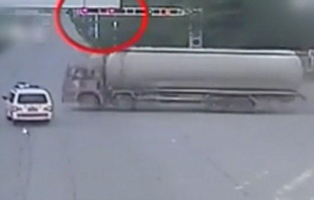 Ambulanza passa col rosso e viene travolta da betoniera
