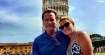 """Arnold Schwarzenegger """"raddrizza"""" la Torre di Pisa FOTO"""