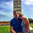 """Arnold Schwarzenegger """"raddrizza"""" la Torre di Pisa FOTO2"""