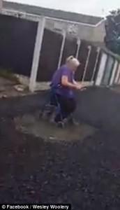 Guarda la versione ingrandita di YOUTUBE Asfaltano marciapiede: donna in sedia a rotelle rifiuta di spostarsi