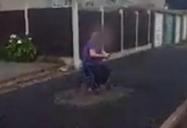Asfaltano marciapiede donna in sedia a rotelle rifiuta di spostarsi