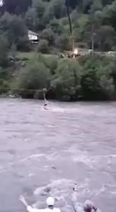 Guarda la versione ingrandita di YOUTUBE Auto nel fiume: soccorritore arriva con gru e…