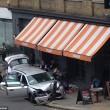 Auto polizia travolge tavolini pizzeria a Londra