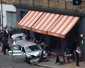 Auto polizia travolge tavolini pizzeria a Londra4