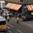 Auto polizia travolge tavolini pizzeria a Londra2