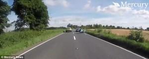 Auto sorpassa, motociclista finisce a terra