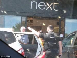 Guarda la versione ingrandita di Auto al sole per 40 minuti con bambino dentro: clienti chiamano polizia FOTO