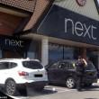 Auto sotto al sole con bambino all'interno clienti centro commerciale chiamano polizia2