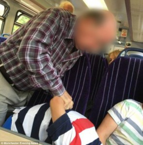 Guarda la versione ingrandita di Bambino ha piedi su sedile: anziano lo immobilizza così FOTO