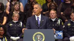 Guarda la versione ingrandita di Barack Obama parla a Dallas, la poliziotta… FOTO