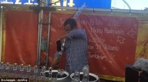Barman prepara 17 cocktail Jegerbomb in contemporanea7