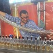 Barman prepara 17 cocktail Jegerbomb in contemporanea