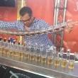 Barman prepara 17 cocktail Jegerbomb in contemporanea6