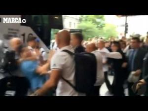 Guarda la versione ingrandita di YOUTUBE Benzema, fan aggira security per selfie: agenti lo atterrano
