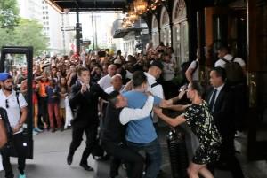Benzema, fan aggira security per selfie agenti lo atterrano11