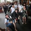 Benzema, fan aggira security per selfie agenti lo atterrano6
