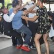 Benzema, fan aggira security per selfie agenti lo atterrano7