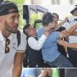 Benzema, fan aggira security per selfie agenti lo atterrano10