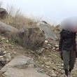 Bimbi afghani puntano pistola a prigionieri Isis