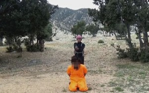 Bimbi afghani puntano pistola a prigionieri Isis10