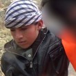 Bimbi afghani puntano pistola a prigionieri Isis2
