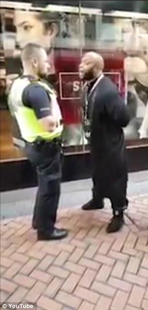 """Birmingham, predicatore islamico urla al poliziotto: """"Razzista""""11"""