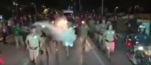 Brasile, prova a spegnere torcia olimpica con estintore