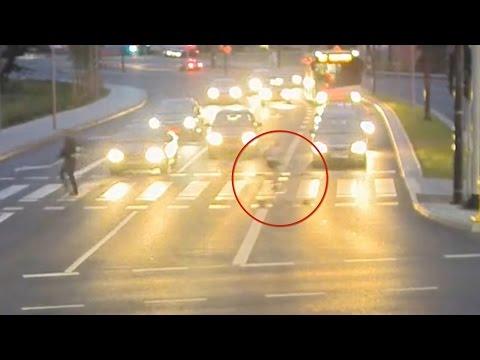 Ciclista salvo per miracolo: sfiorato da auto fuori controllo1
