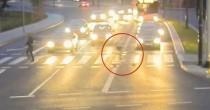 YOUTUBE Ciclista salvo per miracolo: sfiorato da auto fuori controllo